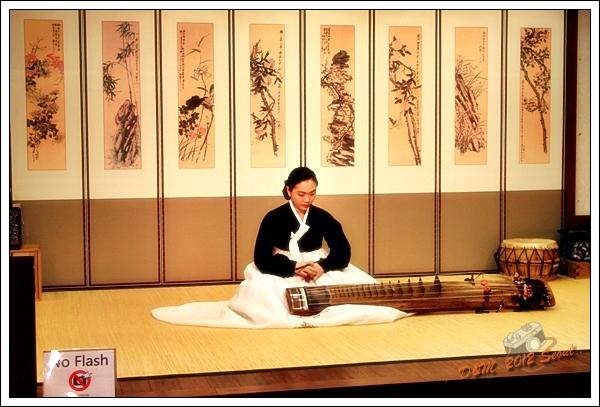 韓國傳統文化體驗館,仁川機場,手工藝品,伽倻琴,keomungo,杖鼓 @大胃米粒 DAVID & MILLY